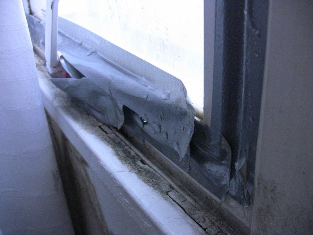 Kaksinkertaisten ikkunoiden puuttuminen oli pientä siihen rakoon verrattuna joka piti paikata jeesusteipillä jottei talvella jäätyisi.